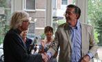 Dhr. A. van der Laan feliciteert de Voorzitter van het Kerkbestuur Pastoor J. Dresmé
